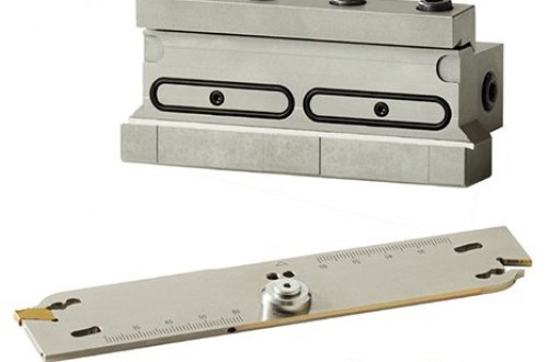 Groove cutting tool with a strong clamping mechanism