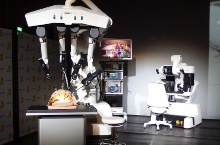 KHI and others develop the first surgical support robot in Japan
